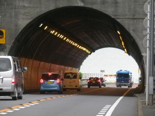 Ex.02) トンネル中程から手前が逗子市、奥側が鎌倉市。ついでにR134へ踏み入って撮った「飯島トンネル」