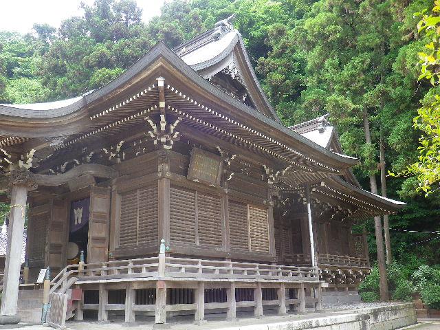 01-2)  社殿右斜め前方から    17.05.25 鎌倉「御霊神社」を参拝した