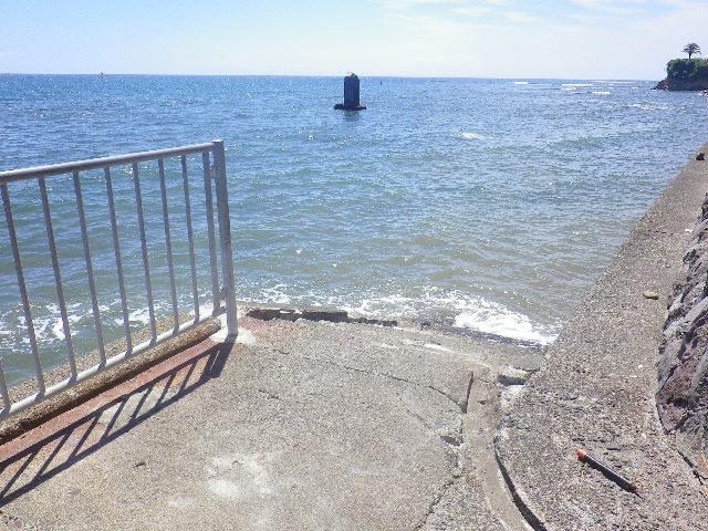 """E01) R134地下道を通って、直接 海へ出られる場所。大潮で ' 不如帰の碑  ' まで行けるほどに干いた時に磯遊びに出られる場所。    17.07.31 逗子 """" 浪子不動 """" 「高養寺」周辺 /"""