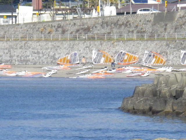 04-3) 材木座海岸東端の飯島地区。上はR134の ' 飯島トンネル ' 入り口手前の橋桁相当地点。