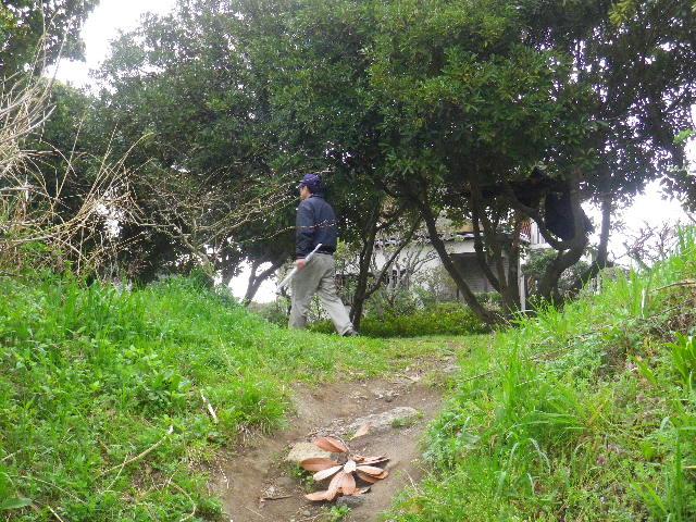 04)  未舗装の上り道から、「鎌倉逗子ハイランド」外周路へ出る。 _ 10:20am頃~