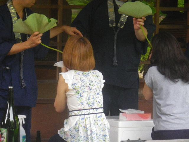 05-3) 蓮の葉 → 茎 で酒