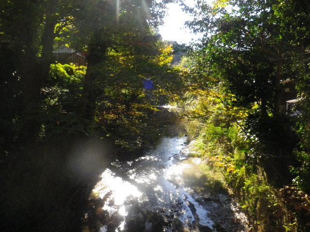 02-2) 滑川に掛かる ' 東勝寺橋 ' から、下流方向。