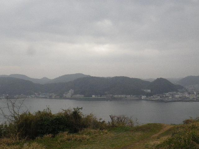 08-3-2/6) 展望場所からパノラマ風撮ったつもり  _ 16.03.06 曇りのち雨の逗子「大崎公園」