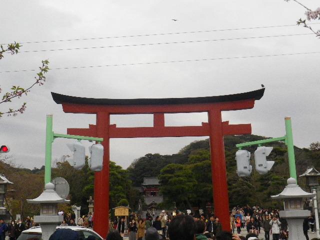"""08) 段葛の終り周辺から """" 三の鳥居 """"。山を背景にする視線方向の柱状構造物は緑色塗装で、この写真にはない建物を背景にする視線方向の柱状構造物は焦茶色塗装で以前から実施済み"""