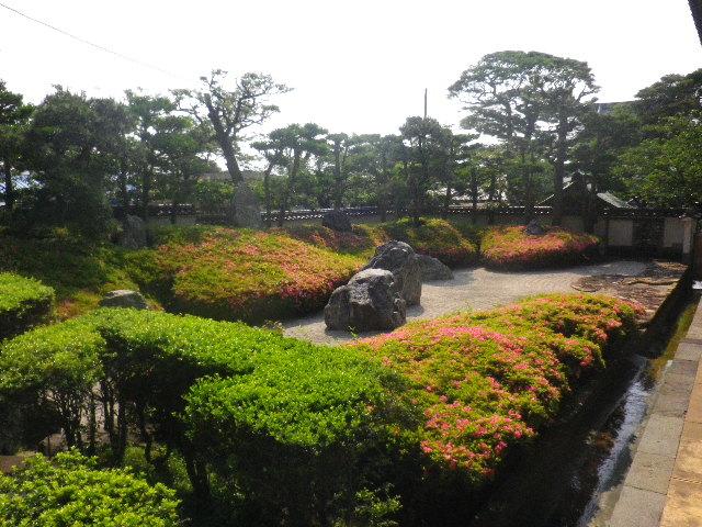 01-4) 16.05.21 鎌倉「光明寺」石庭にサツキが色を添える頃
