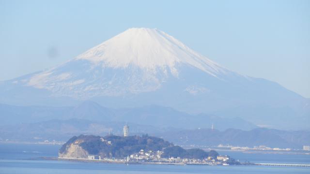 08-a左)    湾曲した歩道を歩いているうちに富士山と江の島が同じ位相になったので、撮影場所特定資料?みたいなつもりで撮った。太陽が低く横から射す今の季節、本日他のページも含め