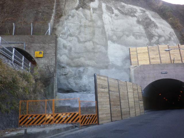 02-2) 左上はR134 ' 飯島隧道(飯島トンネル)で入り口から約1/3まで鎌倉市。左枠外に ' 小坪隧道(小坪トンネル)' が在るが、入り口から約1/3まで鎌倉市(名越方面にも