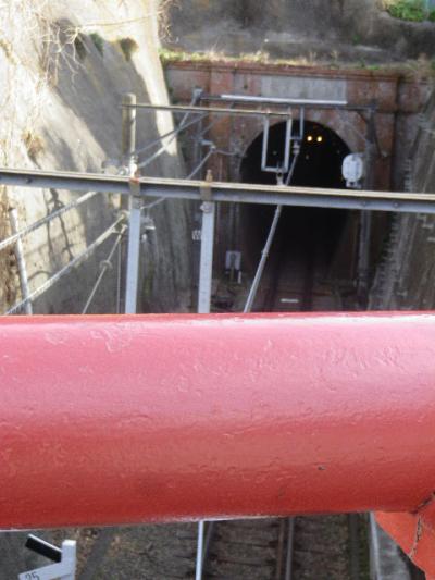 04-1) ' 桜橋 ' から ' 極楽洞 ' を見おろす、と自分は ' 極楽寺トンネル ' と呼ぶくせに 知ったかフリして ' 極楽洞 ' と書いてみたかっただけ。 17.02.18 鎌倉「極楽寺」