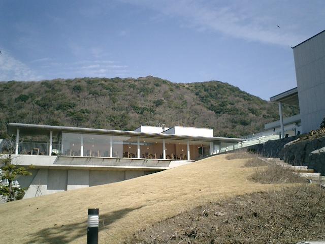 09) 神奈川県立近代美術館_葉山。  右が展示館