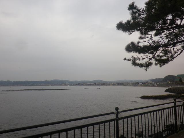 01)    17.04.22 逗子マリーナ(~飯島地区)から、曇天朝の海を漫然と撮っただけ。
