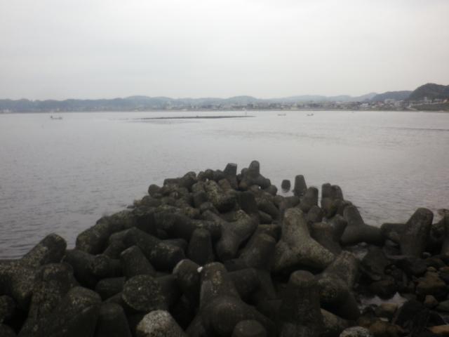 07)   17.04.22 逗子マリーナ(~飯島地区)から、曇天朝の海を漫然と撮っただけ。
