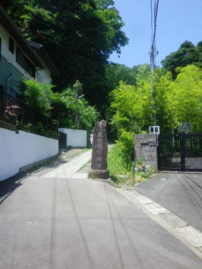 B01-1) 直近まで宅地化されてしまった、参道入り口。    17.06.15 鎌倉「佐助稲荷神社」参拝