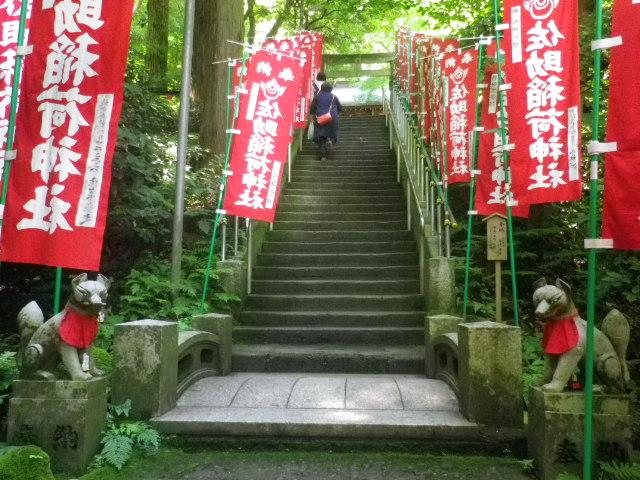 B04)  石橋と階段   17.06.15 鎌倉「佐助稲荷神社」参拝