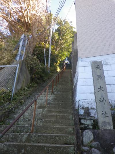 08) 階段下。今回は左方向へ進行したが、中世からの集落メインストリート?で右方向は ' カフェ 南町テラス ' ~ ' TBS披露山庭園住宅 ' 外周(~ 逗子市新宿)へ至る東海道古道