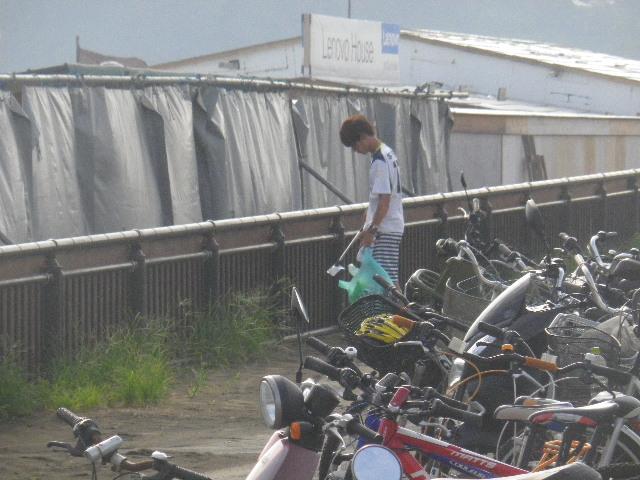 01-1) 15.08.21 海の家に拘われた皆様、清掃活動に感謝と敬意を表します。 _ 鎌倉市海浜公園滑川河口地区