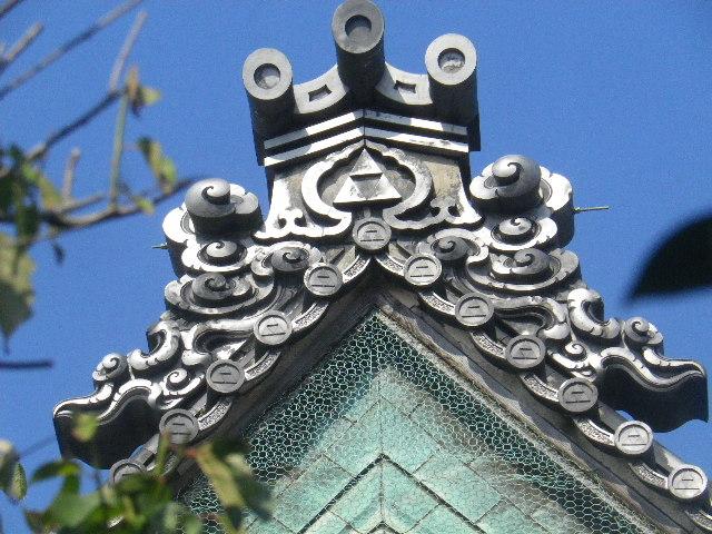 37-3)  15.09.19 鎌倉「宝戒寺」萩をかき分けて境内を歩く季節