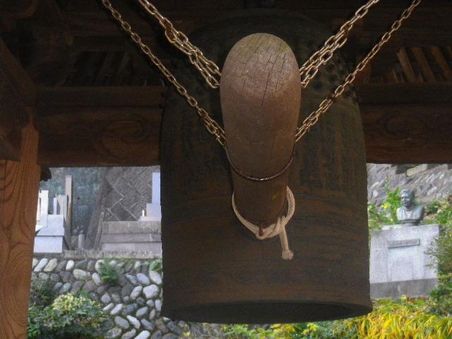 06-1)   15.12.12 鎌倉「長勝寺」枯木は紅葉の終焉を迎え、若木は未だ楽しめる。