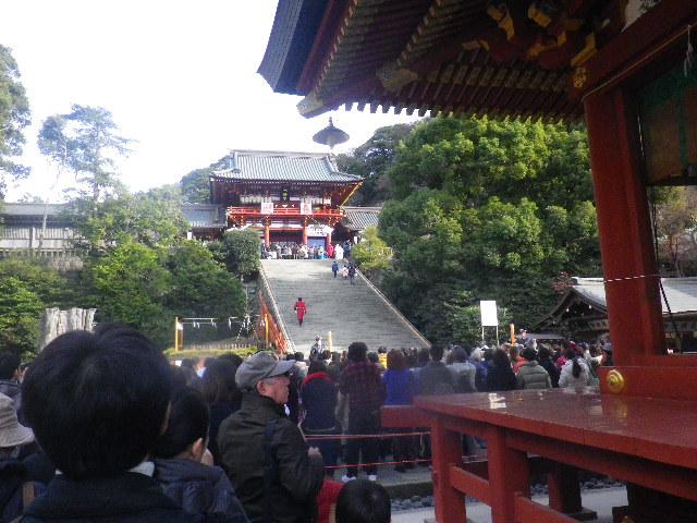 """01-1) """" 舞殿 """" の横から。階段前で参拝人数規制中。9:08am頃~"""