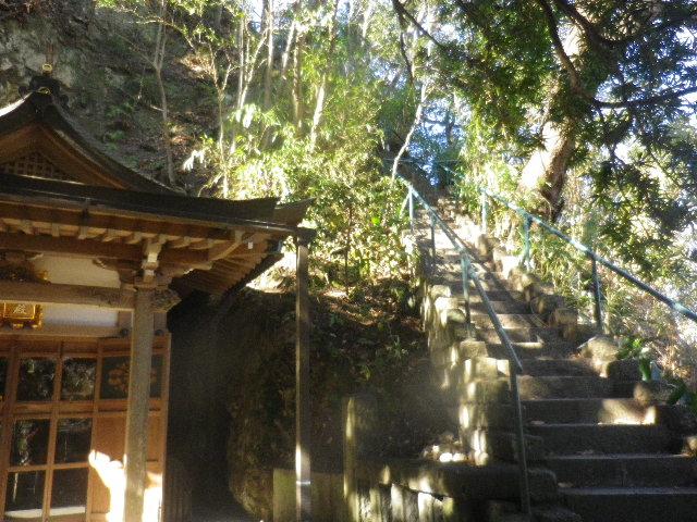 01-1) 歯の痛い人が詣でると痛みがなくなると伝えられている、熊王殿。階段をのぼると、富士見台~南面窟 の山中散策路。