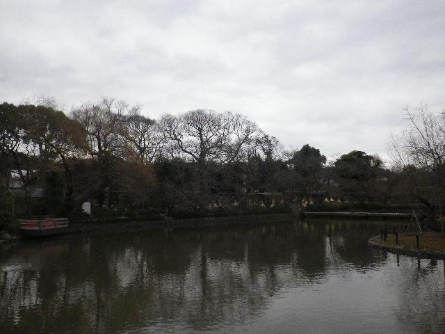 """01-1) """" 源平池 """" の ' 源氏池 ' 休憩所テラスから、' ぼたん園 ' 方向。 _ 16.02.24 雪が降りそうな日、立春を大きく過ぎたことに気づいた 鎌倉「鶴岡八幡宮」。"""