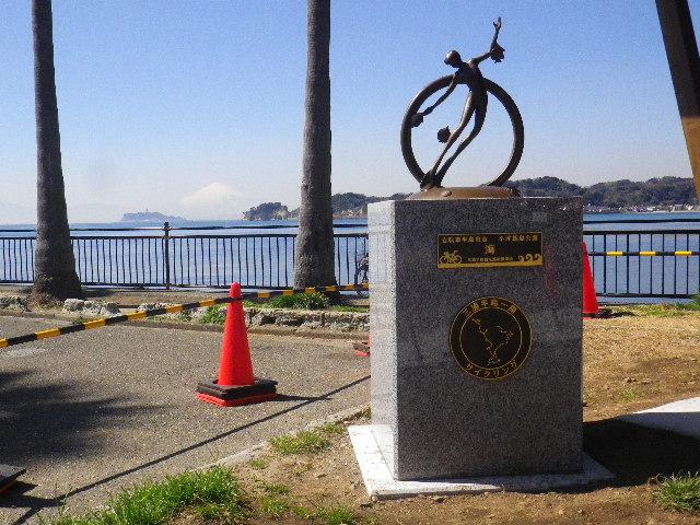 """02-3a) マイルストーン _ 16.03.17 「自転車半島宣言」マイルストーンのうち、"""" 小坪飯島公園 _ テーマ: 海 """""""
