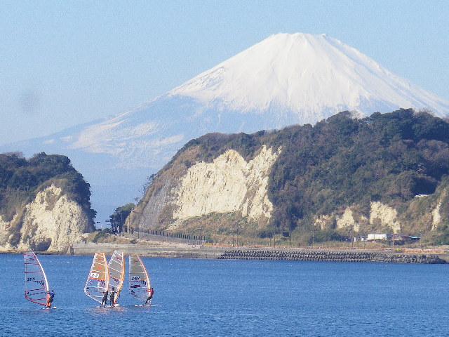 03-2) 由比ガ浜海岸~材木座海岸の約半分までは富士山が見えないが、 ' 豆腐川 ' から東で岬の窪みに富士山頂が顔を出す。湾曲した海岸のこの位置からは、切通しの上方へ移動してき