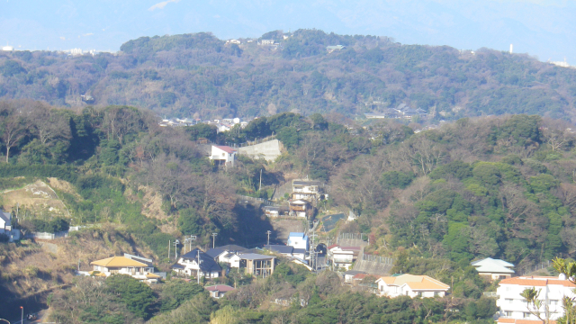 04-4c右) ズーム _ 左下:広大な旧・幣原喜重郎(しではら首相)別邸敷地跡の一部を切り通したR134(~見えないが ' 飯島トンネル ' 入り口。直近右横に小さく見えるのは 一般