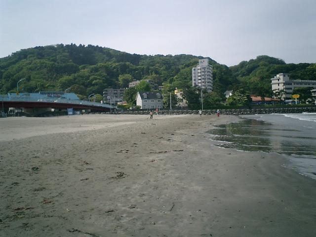 08) 逗子海岸。国道134「なぎさ橋」と、桜山方向を観る