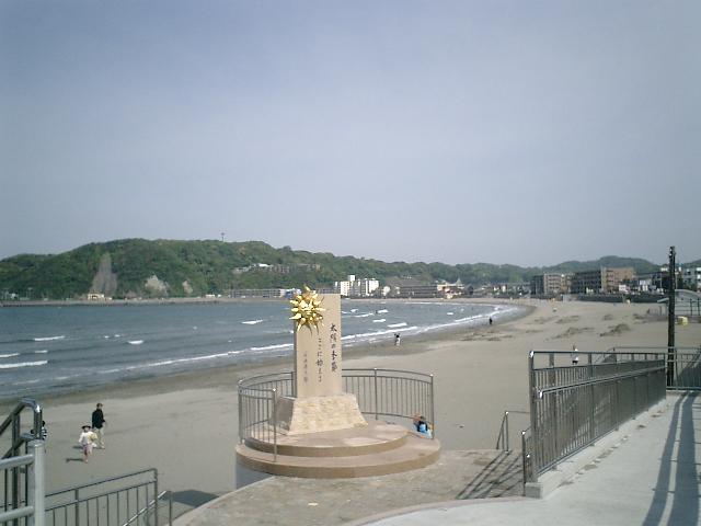 12) 逗子海岸。「太陽の季節」の碑