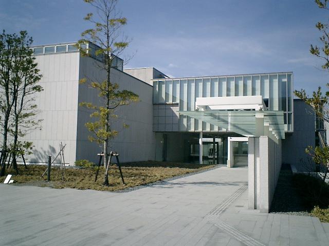 03) 神奈川県立近代美術館_葉山。無機質な入口。