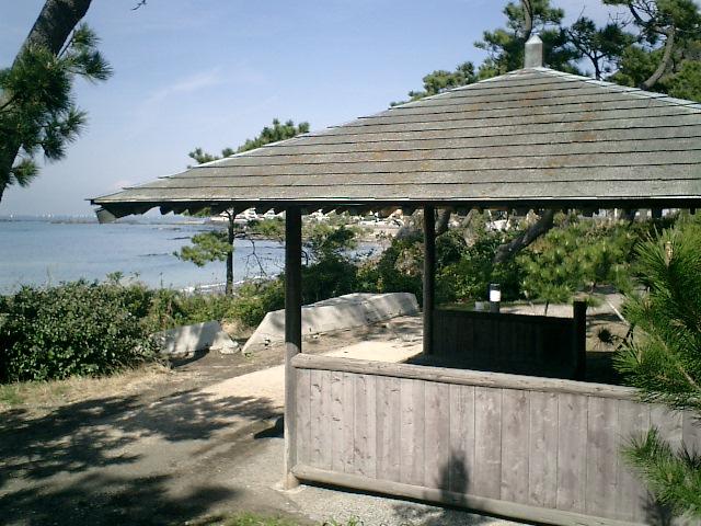 10) 神奈川県立近代美術館_葉山。   散策路、東屋風休憩所。
