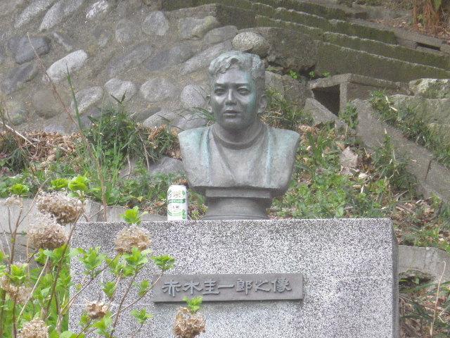 07) お約束の? 手抜きズームで撮った赤木圭一郎像   17.03.30 鎌倉「長勝寺」 桜が開花し始めた頃