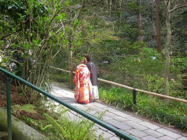 01)    手前 参道階段横の、駐車場にも通じる坂。 17.04.02 鎌倉「妙本寺」の桜