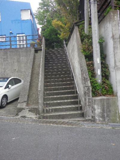 """20)   階段を降りた。地図によると、ビミョーに駐車場手前側と階段手前側の数段からが鎌倉市 ' みたい '。本来は他の場所 ' かもしれない ' が、古文書に記されている中世 """" OO坂の"""