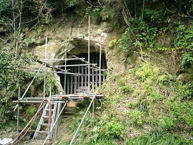 18) 鎌倉長谷「光則寺」。「土牢」一帯は最近に大規模な崖崩れがあったそうだ。