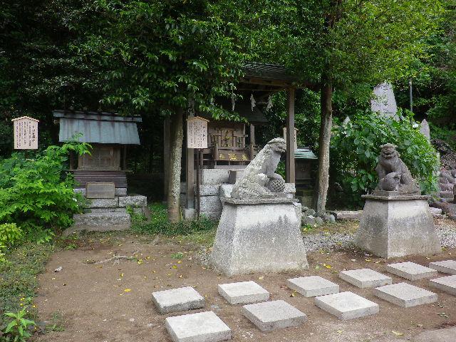 05-00)  三つの祠方向    17.05.25 鎌倉「御霊神社」を参拝した
