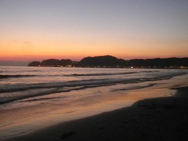 07)  材木座海岸から西の稲村ガ崎方向     17.10.10 のどが渇いたから発泡酒のんだ