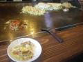 00)  調理中の女性店主さまに私がペチャクチャ話しかけているうちに出来上がり直ぐに食らいついて、いつもの コッ恥ずかしい ' 儀式写真 ' を撮り損なった。食い散らかした左下2/3