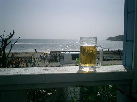 02) 「かたつむり」のテラス席から、ビールを飲みながら お好み焼きを待つの図。  _ 05.05.13 鎌倉「かたつむり」でビール&お好み焼き