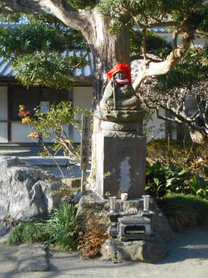 07-2) 本堂前で横向きで安置の、石造仏像。 _ 21.02.23D 鎌倉「極楽寺」梅の開花が見頃の頃  鎌倉市極楽寺